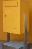 Gele postbustribunes op concrete basis Stock Afbeeldingen