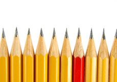 Gele potloden en één rood Stock Foto's