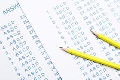 Gele potloden op antwoordbladen royalty-vrije stock fotografie