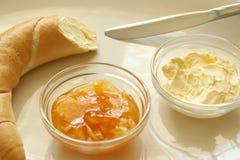 Gele pruim marmelade en Frans broodje Royalty-vrije Stock Fotografie