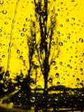 Gele regendruppelsachtergrond Royalty-vrije Stock Afbeeldingen