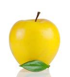 Gele rijpe appel met groen blad Royalty-vrije Stock Foto