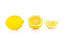 Gele rijpe die citroen op een wit wordt geïsoleerd Royalty-vrije Stock Fotografie