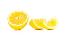 Gele rijpe die citroen op een wit wordt geïsoleerd Stock Foto