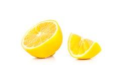 Gele rijpe die citroen op een wit wordt geïsoleerd Stock Afbeelding