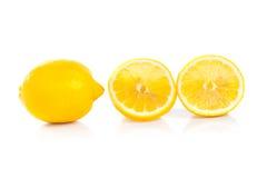 Gele rijpe die citroen op een wit wordt geïsoleerd Royalty-vrije Stock Foto's