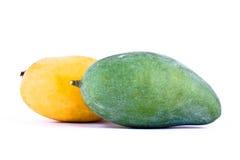 Gele rijpe mango en groene mango op wit achtergrond gezond geïsoleerd fruitvoedsel Royalty-vrije Stock Fotografie
