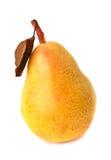 Gele rijpe peer op witte achtergrond Stock Fotografie