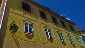 Gele rijtjeshuis dichte omhooggaand stock foto's