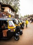 gele riksja's, tuk tuk in straten van Gokarna, India Stock Afbeelding