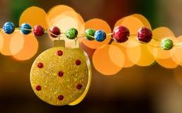 Gele Rode Blauw en Groen schittert Gevulde Vakantieslinger en Lichtenbezinning royalty-vrije stock afbeeldingen