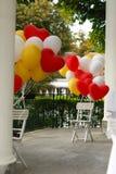 Gele, rode en witte die ballons met een hartvorm aan wordt gespeld Royalty-vrije Stock Foto's