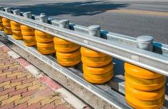Gele Rolbarrière in bijlage aan de omheining door de weg aan brandkast Stock Afbeelding