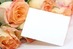 Gele rozen met een lege nota royalty-vrije stock afbeeldingen