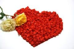 Gele rozen tegen rood hart op achtergrond Royalty-vrije Stock Foto
