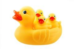 Gele rubbereend en weinig die ducky op wit wordt geïsoleerd Stock Foto's