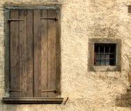 Gele ruwe muur en vensters Stock Foto's