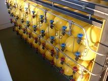Gele samengeperste natuurlijke gasflessen Stock Foto's