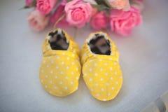 Gele schoenen voor pasgeboren stock foto's