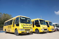 Gele Schoolbussen in Doubai Stock Afbeelding