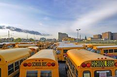 Gele schoolbussen tegen de donkerblauwe hemel Stock Foto's