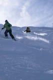 Gele skiërs in poedersneeuw Stock Foto's