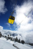 Gele skilift in Alpen Stock Afbeeldingen