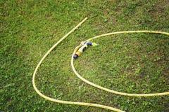 Gele slang voor het water geven Stock Foto
