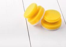 Gele sponsen voor wasschotels Stock Foto