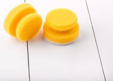 Gele sponsen voor wasschotels Royalty-vrije Stock Fotografie
