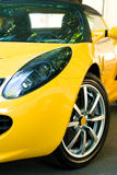 Gele sportwagen Stock Foto's