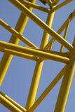Gele staven tegen blauwe hemel Royalty-vrije Stock Foto's