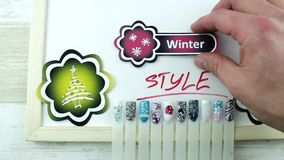 Gele stickers en de manicure van de de winterstijl stock footage