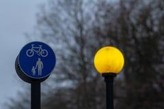Gele straatlantaarn en verkeersteken - Afzonderlijke stegen voor voetgangers en fietsers royalty-vrije stock foto's
