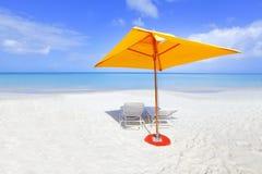 Gele strandparaplu Stock Afbeelding