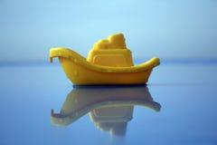 Gele stuk speelgoed boot Stock Foto's