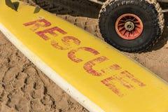 Gele surfplank op het zand royalty-vrije stock fotografie