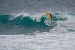 Gele surfplank, turkooise golven royalty-vrije stock afbeeldingen