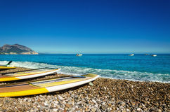 Gele surfplanken op kiezelsteenstrand, Golfo Di Orosei, Sardinige, Italië Stock Afbeeldingen