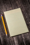 Gele Tablet op Uitstekend Bureau Stock Foto
