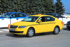 Gele taxi bij de luchthaven Hrabrovo Stock Foto