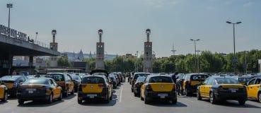 Gele taxi op het wegparkeren stock foto