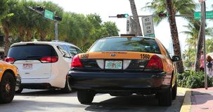 Gele Taxicabine op het Oceaanstrand van Aandrijvingsmiami stock footage