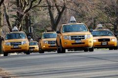 Gele Taxis in het Central Park van New York stock afbeeldingen