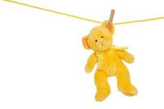 Gele teddybeer op waslijn Royalty-vrije Stock Afbeelding