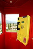 Gele telefoon in de rode doos stock foto