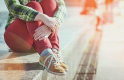 Gele tennisschoenen op meisjesbenen in hipsterstijl royalty-vrije stock afbeeldingen