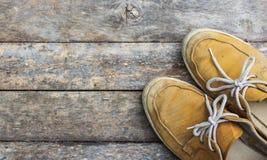 Gele tennisschoenen van een luchtmening over houten vloeren stock foto's