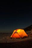 Gele tent bij nacht op de kust van meer Baikal in de winter stock foto