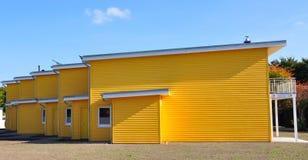Gele terrasvormige huis zij-mening royalty-vrije stock fotografie